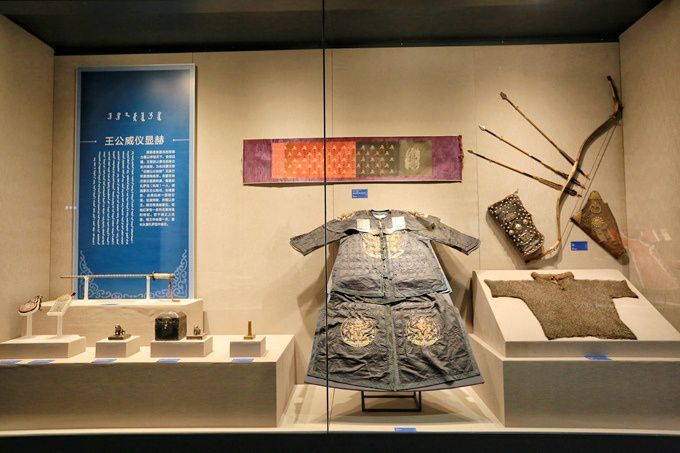 Mongolian_martial_robes_and_bows_and_arrows